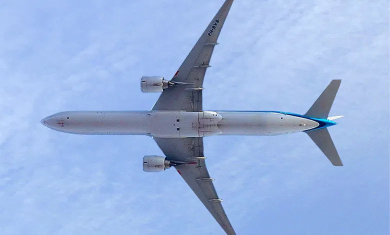 Boeing 777 - Love is in the Air